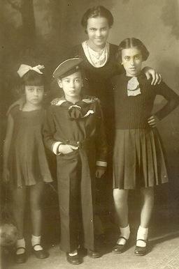 Ο πατέρας μου με τις αδερφές του