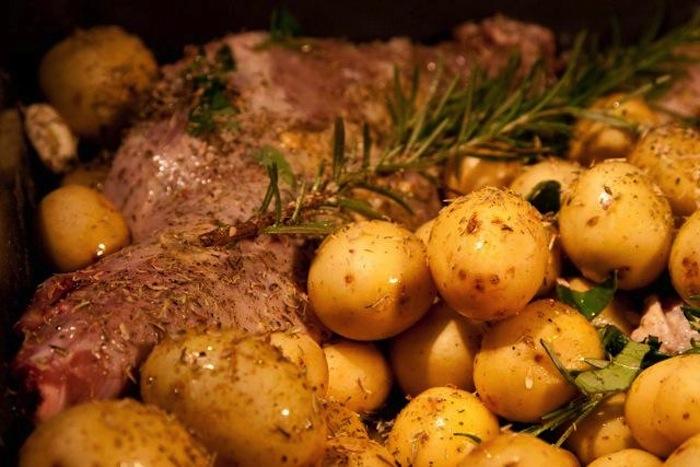 αρνάκι φούρνου με πατάτες για Πάσχα 4