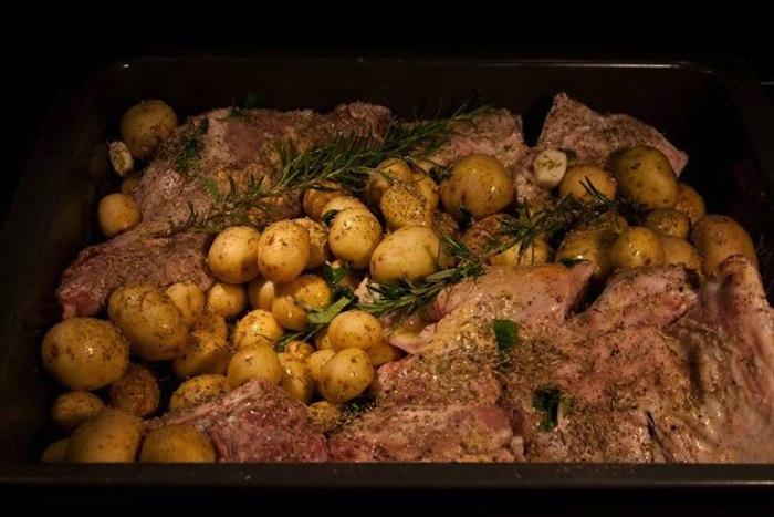 πασχαλιάτικο αρνάκι φούρνου με πατάτες 5