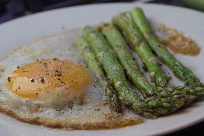αυγά τηνητα με σπαραγγια