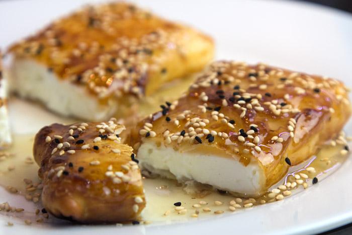 Φέτα τηγανητή σε φύλλο με μέλι κ σουσάμι