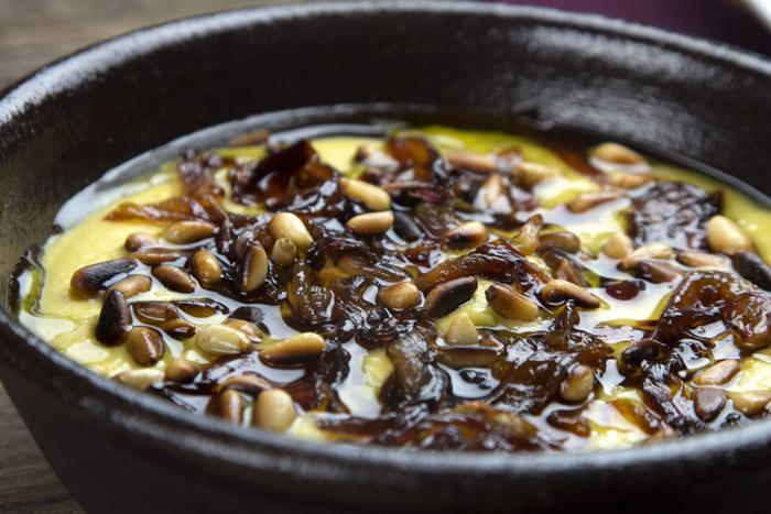 Βελούδινη Φάβα με καραμελωμένα κρεμμύδια και κουκουνάρια
