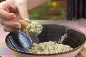 Μια θεϊκή καπνιστή μελιτζανοσαλάτα με ταχίνι (video)