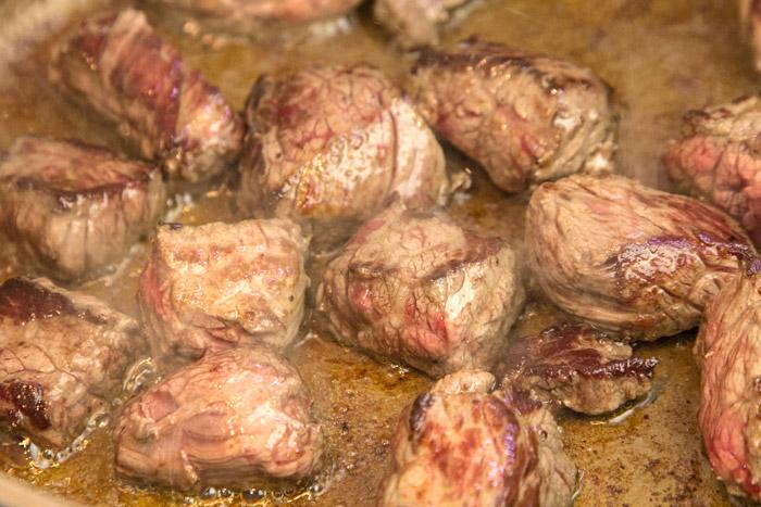Σοτάρισμα κρέατος μαγειρευτού
