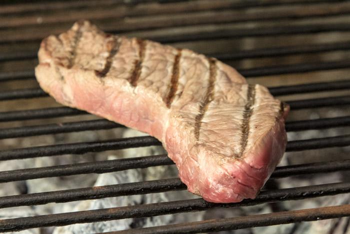 κρέας που ψήνεται σε σχάρα με κάρβουνα