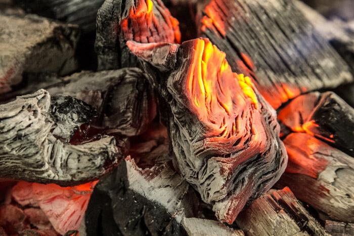 κάρβουνα που ακτινοβολούν θερμότητα