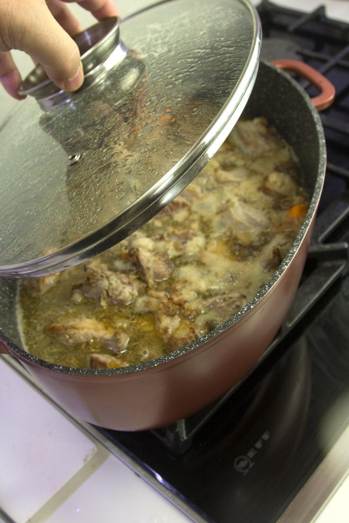 μαγειρεμένο κατσικάκι στη κατσαρόλα