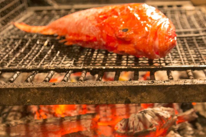 ψήσιμο ψαριού σε θράκα με κάρβουνα