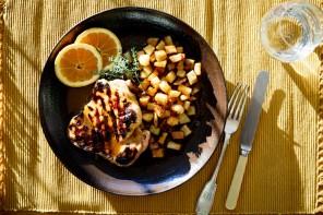 Κοτόπουλο ψητό με πατάτες σε σάλτσα μέλι, πορτοκάλι και ΜΕΤΑΧΑ