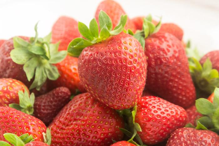 Δροσερές φρέσκες φράουλες για τσιζκεικ