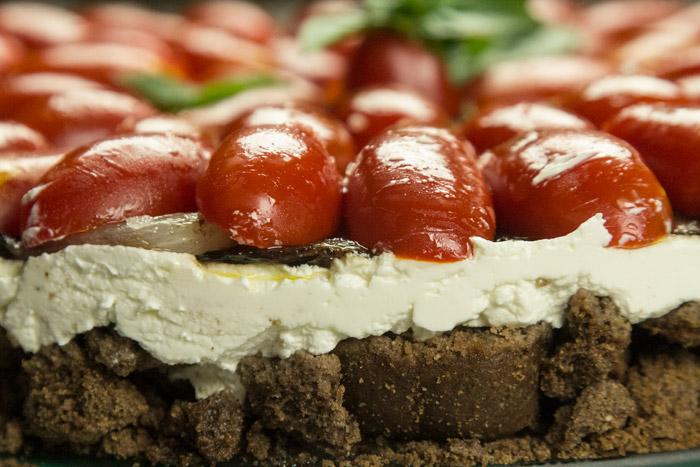αλμυρό cheesecake με ντοματινια & καραμελωμένο κρεμμύδι