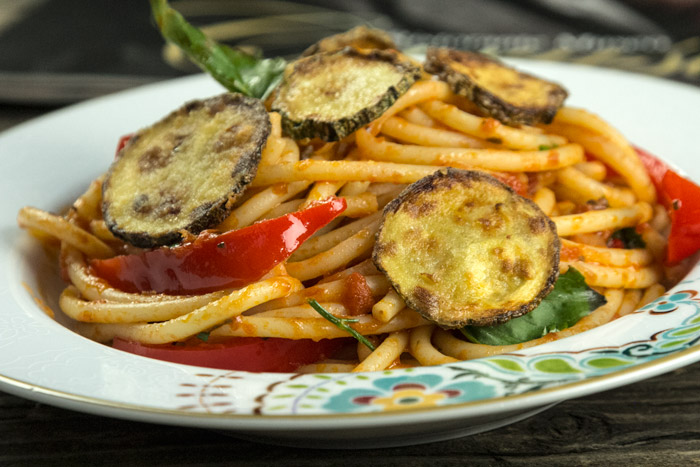 Bucatini alla caruso με ντομάτα, κολοκθυθάκι και πιπεριά
