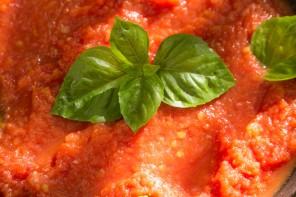 Σπιτική σάλτσα ντομάτας από φρέσκα καλοκαιρινά ψητά πομοντόρια