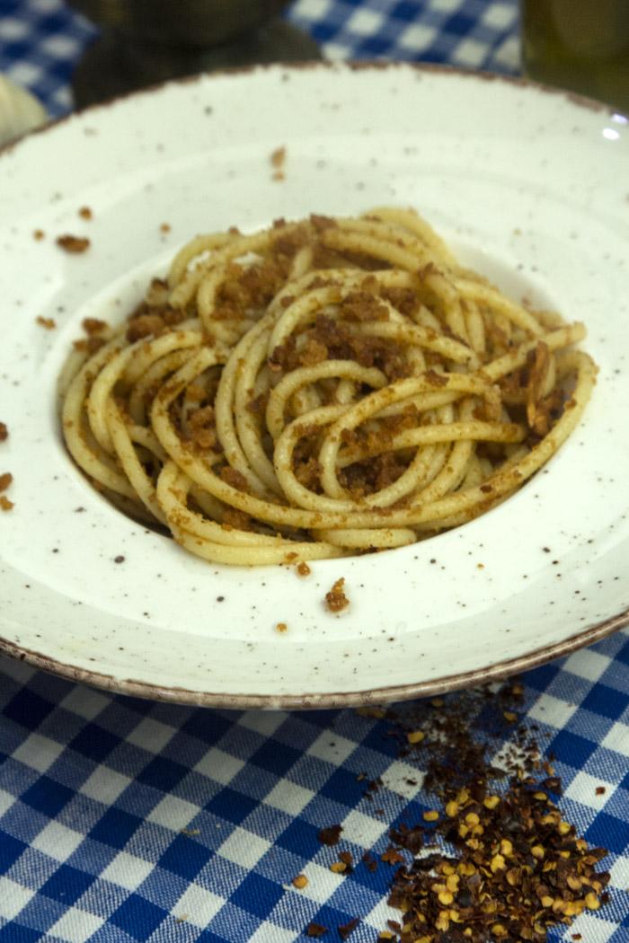 μακαρόνια με φρυγανισμένα ψίχουλα λάδι και σκόρδο